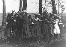 220px-Girls_playing_London_Bridge_1898